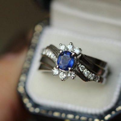 Une bague de fiançailles exceptionnelle avec un diamant de couleur